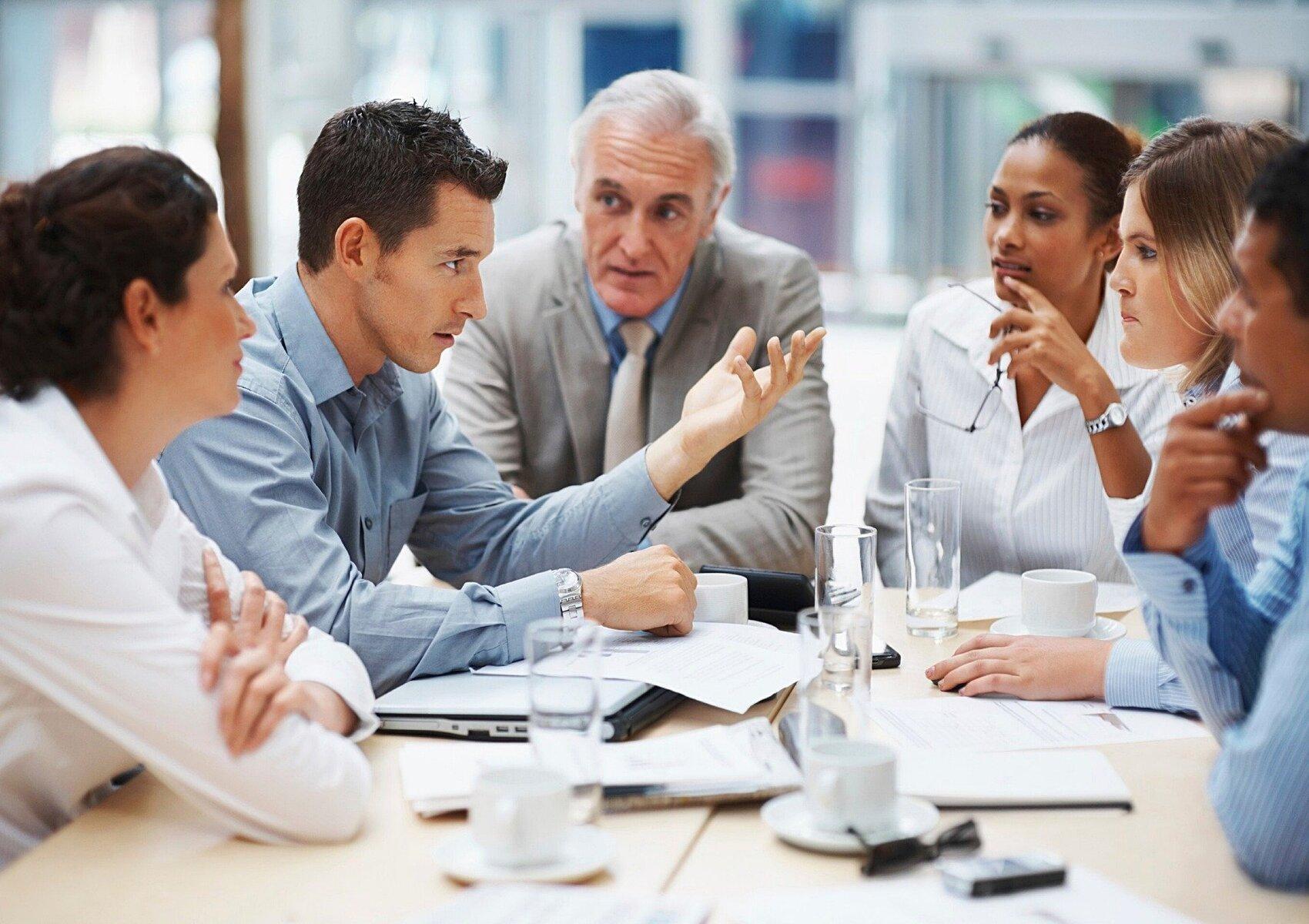 Gruppo di imprenditori che trovano conforto nel dialogo e nel confronto alla pari